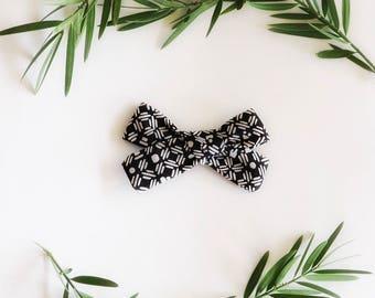 Small/Medium tribal || black & white bow