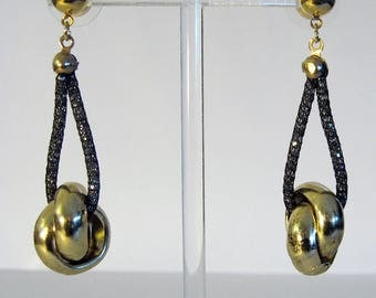 Pendant earrings high in resin and gilded aluminium.