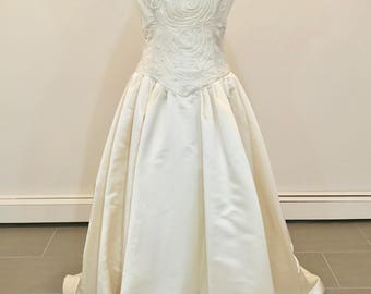 This is an Elegant Carmela Sutera ivory wedding dress with a beautiful train