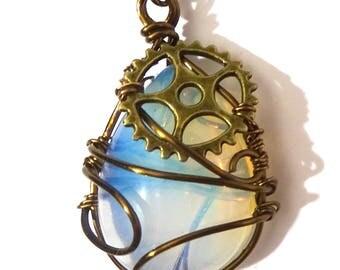 Collier Steampunk Pierre Opalite transparente entourée de fil de couleur bronze avec rouage