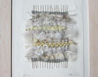 Art textile, tissage encadré : 21,5 / 27,5 cm, fibres naturelles textiles et végétales, couleurs écru, beige, gris