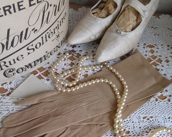 Gorgeous UNWORN vintage French kid leather gloves~Size 7~Soft sandy gold~Beautiful vintage costume accessory