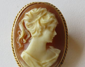 Sphinx UK - Goldtone camee cameo brooch - marked  - woman gift