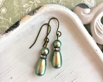 Ivy - green pearl earrings - made with Swarovski - pearl teardrop earrings - iridescent green