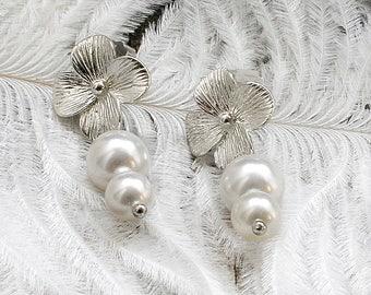 Pearl wedding earrings Delicate earrings Flower earrings Daisy earring Bridesmaid gift Bride earrings Floral earring Vintage style earrings