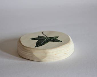 Botanical wall decoration, hand-painted ivy leaf on plywood round, diameter 9 cm