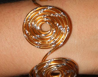 "Bracelet ""tornado"" chased gold aluminum wire"