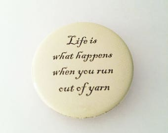 """1.50"""" Pinback button """"Life is what happens when you run out of yarn"""""""