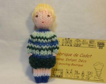 Petite poupée tricotée, marionnette en laine, petite fille blonde. Jouet traditionnel