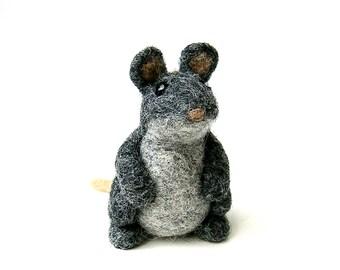Petite souris grise. Figurine en lane feutrée