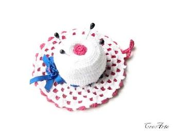 White and Hot Pink crochet hat pincushion, Cappellino puntaspilli bianco e fucsia all'uncinetto