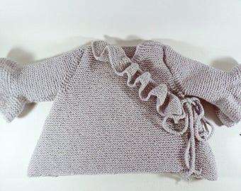 Gilet cache  coeur  bébé (6-9 mois) tricoté main et ses jolis volants gris perle