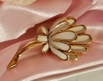 Crown Trifari White Enamel Flower Floral w/ Gold Tone Brooch Pin | Vintage 1950's