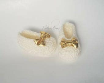 Crochet Baby Booties, Crochet Baby Girl Shoes, Baby Shoes with Bow, Gold Baby Bow , Baby Shower Gift, Mary Janes Shoes, Booties, Christmas