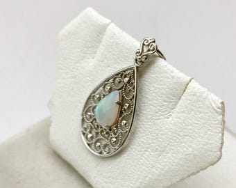 14 kt White Gold Pear Shaped Natural Opal (0.63 ct) Pendant, Appraised 1,025 CAD