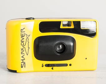 Shark Diver - functional vintage camera, compact 35mm film point&shoot for lomography with built-in flash, prime wide lens