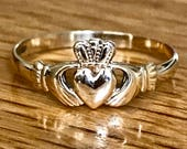Stunning dainty vintage 9ct gold Claddagh ring  Made in Ireland