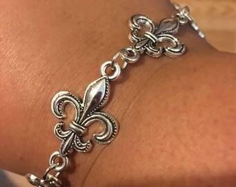 Antique silver fleur de lis bracelet  V37