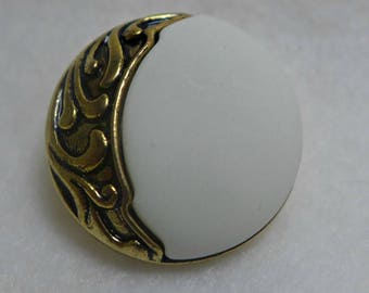 Lof of 6 resin buttons - white with gold metal embellishment - 25mm