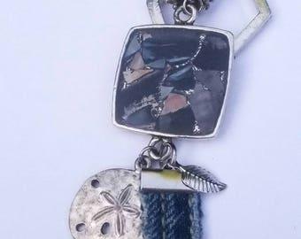 Collier carré, Sautoir,  pendentif carré, Trésors sur la Plage, moules bleues, acier inoxydable, jeans récupéré, étain. Beach necklace, bleu