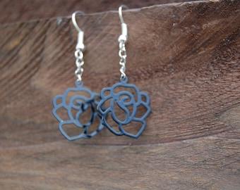 Nice and original pair of black roses earrings