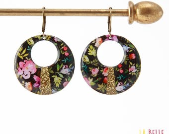 Resin earrings round pattern flowers on a black background and glitter