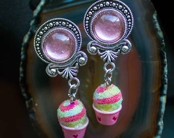 Plugs in antique silver with a pink stone and cupcake Pendant (12-16 mm)