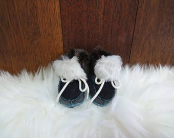 Elegant sheepskin slippers for kids. Shoe sole: 11cm. Handmade in Poland. Genuine leather and natural sheepskin