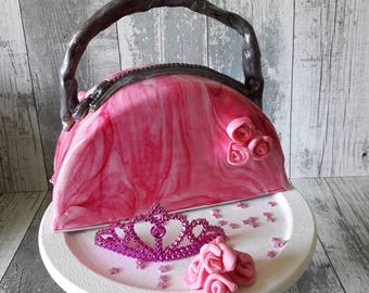 Tutorial to learn how to make this fun and portable cake handbag