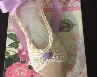 Decorated pointe shoe
