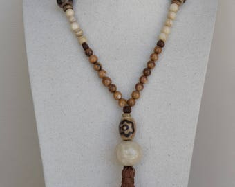 Long necklace in Finisimas natural stones of brown nacre and beige nacre.