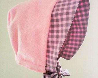 Béguin N 21 réversible ,bonnet fille ,béguin d'hiver , chapeau fille,polaire rose et tissu rose et gris , cadeau de naissance .3-9 mois .