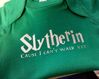 Slytherin cause i cant walk yet onesie - Harry Potter onesie - Harry Potter baby gift - slytherin onesie - slytherin baby gift