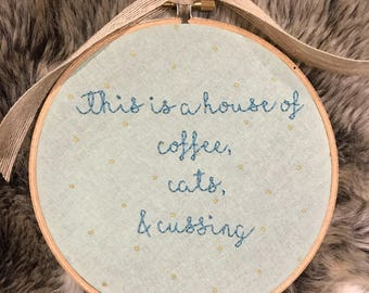 Embroidery hoop 'This us a house of coffee, cats & cussing'