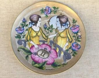 grand plat décoratif en porcelaine Allemande, Hutschenreuther / Ole Winther, signe du zodiac gémeaux