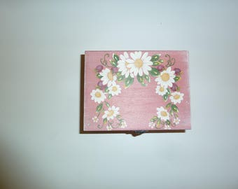 box wooden jewelry with daisies and wild berry decor