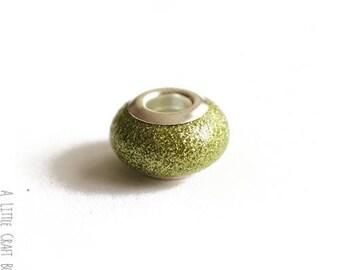 2 CHARMs Glitter glass beads - Apple green