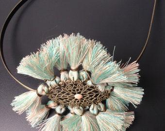 headband bronze et pompons pastels : rose et evrt d'eau