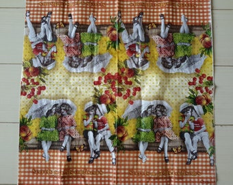 Set of 2 paper napkins depicting children
