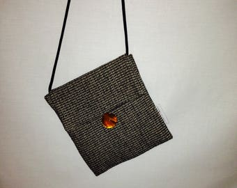 Shoulder bag and its golden yellow button Pearl