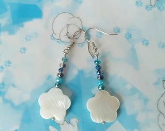 White mother of Pearl flower earrings and briolettes color sea/sea earrings