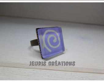 Square glass with lilac spiral ring