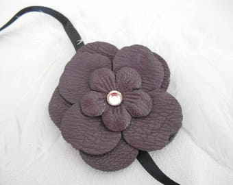 A leather flower plum 6.5 cm with Rhinestones to cord.