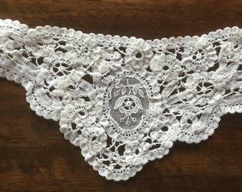 Collar: Beautiful antique collar or application of Dentelle de Luxeuil or Dentelle de Venise. Vintage Collar col ancien