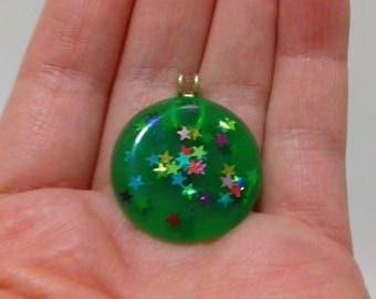 Green resin pendant with multicoloured glitter stars