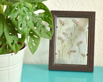 Ingelijste bloemen | Handgemaakt transparant fotolijst met geperste bloemen. Paarse heidebloemen.