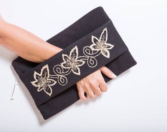 clutch in cloth with hand-embroidered loop with gold thread
