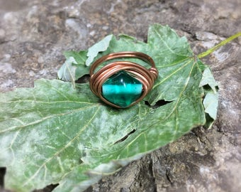 Green and Copper Wire Ring // glass bead ring / wire wrap ring / bohemian ring / green ring / copper ring / festival jewelry
