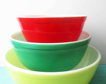 Vintage Pyrex Primary Mixing Bowls Set of Three - Retro Chic