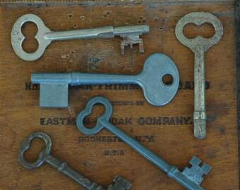 5 Vintage old metal skeleton keys
